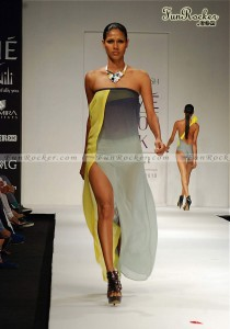 Model-Lakme-Fashion-Week-2010-(FunRocker.Com)-04