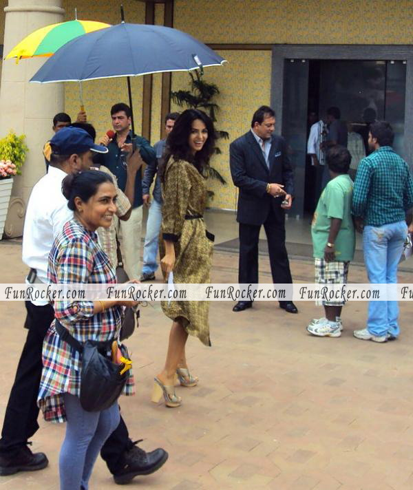 Mallika And Sanjay On The Set Double Dhamaal